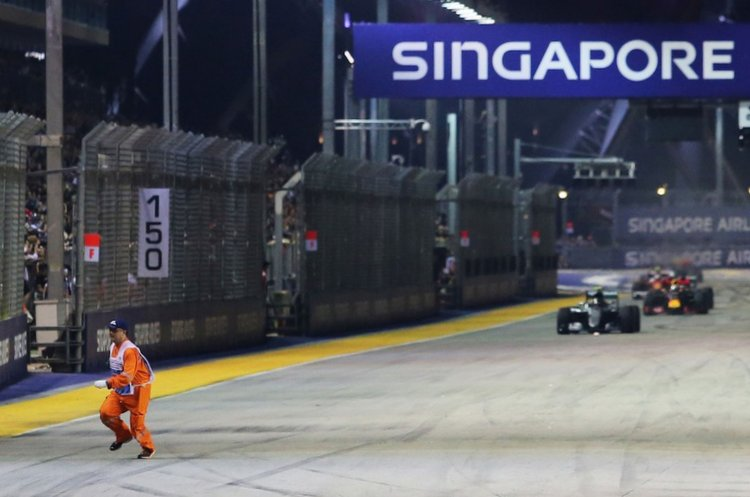 a-marshal-runs-along-the-circuit-as-nico-rosberg-mercedes-amg-f1-w07-hybrid-leads-at-the-restart1