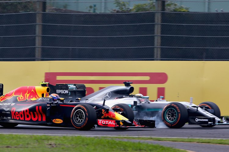 SUZUKA, JAPAN - OCTOBER 09: Lewis Hamilton of Great Britain driving the (44) Mercedes AMG Petronas F1 Team Mercedes F1 WO7 Mercedes PU106C Hybrid turbo locks a wheel under braking as he tries to overtake Max Verstappen of the Netherlands driving the (33) Red Bull Racing Red Bull-TAG Heuer RB12 TAG Heuer on track during the Formula One Grand Prix of Japan at Suzuka Circuit on October 9, 2016 in Suzuka. (Photo by Charles Coates/Getty Images) // Getty Images / Red Bull Content Pool // P-20161009-01012 // Usage for editorial use only // Please go to www.redbullcontentpool.com for further information. //