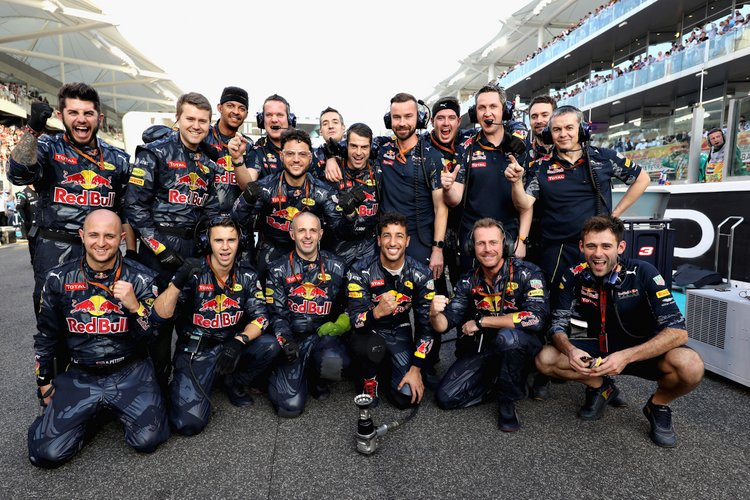 ABU DHABI, UNITED ARAB EMIRATES - NOVEMBER 27: Daniel Ricciardo of Australia and Red Bull Racing with the Red Bull Racing team on the grid before the Abu Dhabi Formula One Grand Prix at Yas Marina Circuit on November 27, 2016 in Abu Dhabi, United Arab Emirates. (Photo by Mark Thompson/Getty Images) // Getty Images / Red Bull Content Pool // P-20161127-00657 // Usage for editorial use only // Please go to www.redbullcontentpool.com for further information. //