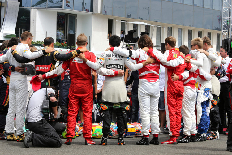 The drivers observe the tribute to Jules Bianchi on the grid. 26.07.2015. Formula 1 World Championship, Rd 10, Hungarian Grand Prix, Budapest, Hungary, Race Day.