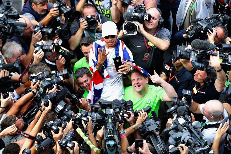 45D1110F00000578-5030863-Photographers_and_cameramen_swarm_around_Lewis_Hamilton_who_is_h-a-34_1509357119811