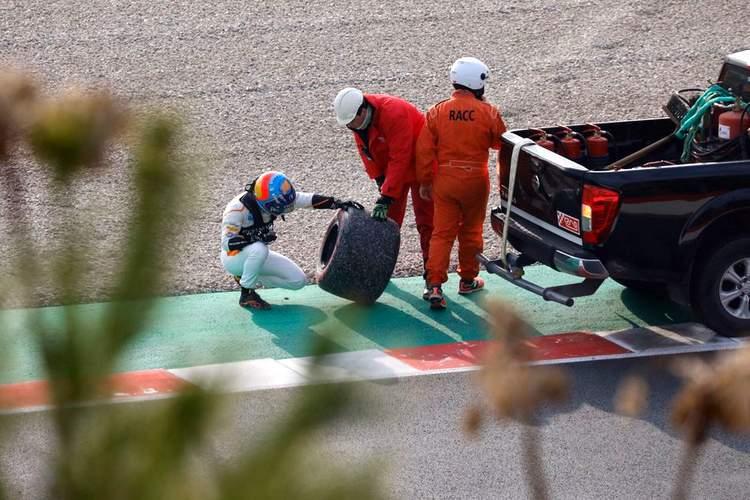 Alonso, crash, wheel, fly off, mclaren