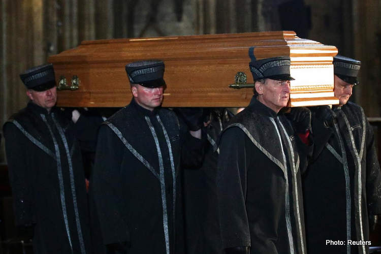 15-niki lauda funeral coffin 29-May-19 12-06-54 PM