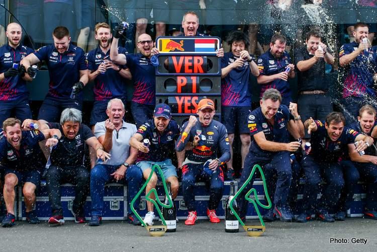 L'équipe Red Bull célèbre la victoire de Verstappen au Grand Prix de Styrie