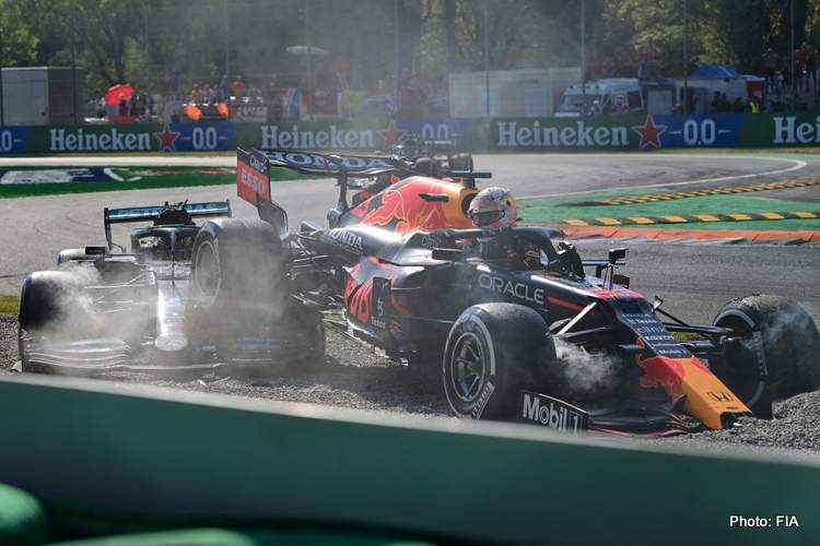hamilton verstappen crash 2021 Italian Grand Prix Monza collide collision accident-003